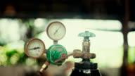 Manometer meter met mengsel van methylacetyleen en gas stalen opslagtank voor het lassen.
