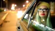 Hübsche Frau im Auto