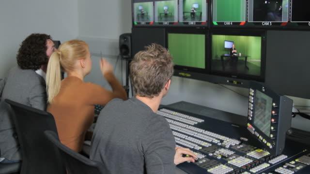I produttori lavora in studio televisivo Sala di controllo