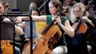 Professionelle cellist bei der Arbeit