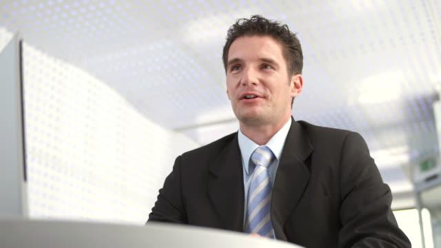 HD: Professionelle männliche Bankangestellter bei der Arbeit