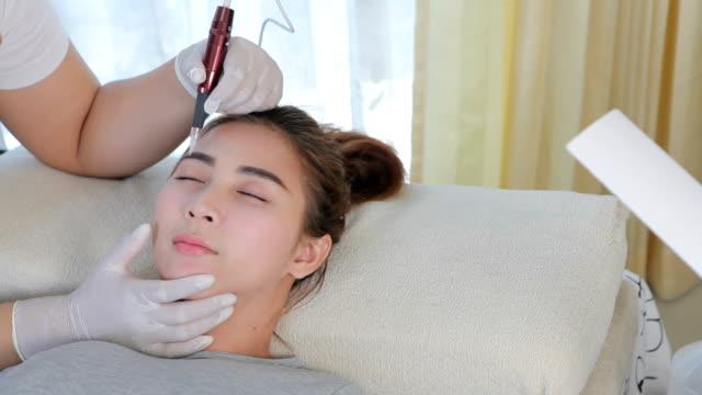 Professional permanent makeup applying