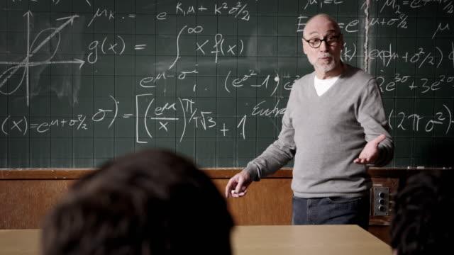 Professor Gespräch mit Studenten