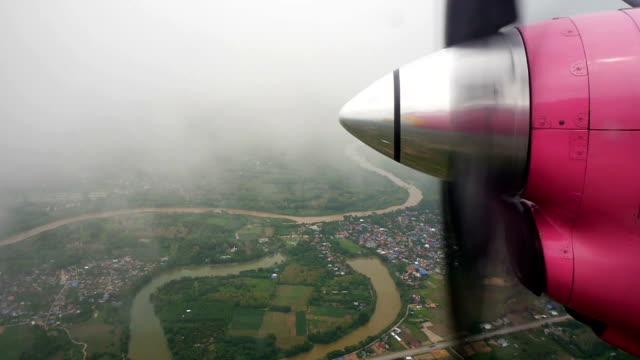 Propeller vliegtuig vliegen Over Land