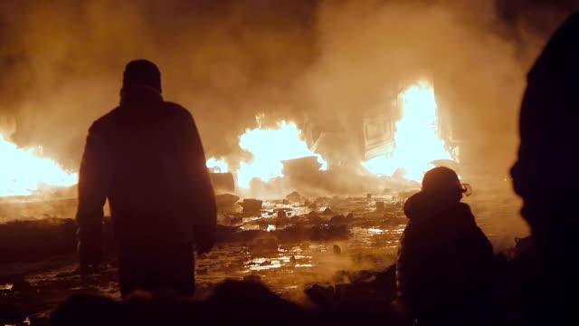 Manifestanti davanti a bruciare furgoni