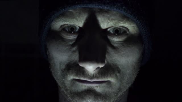 Psychopath schaut in die Kamera
