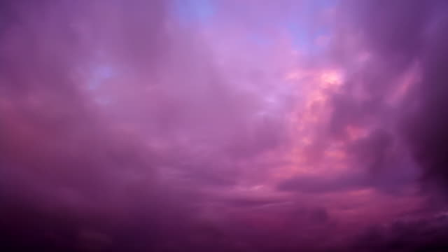 Lila Sonnenuntergang. Zeitraffer