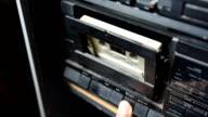 Legen Sie alte Kassette in ein Kassettenrekorder in niedriger ligt