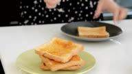 Putting marmellata su pane tostato