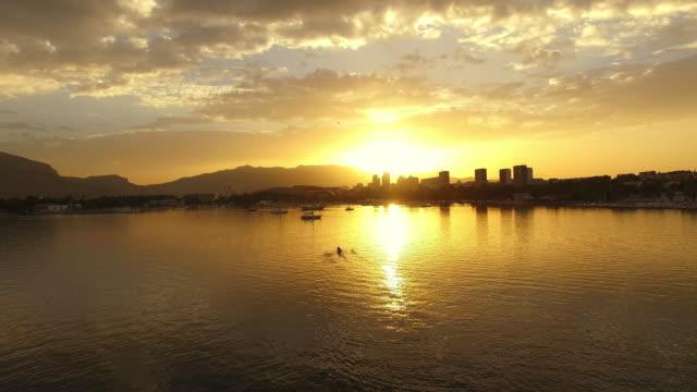 LUFTBILD Quad Skiff Rudern während dem Sonnenuntergang
