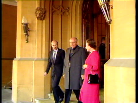 Queen Elizabeth II shakes hands with President Mikhail Gorbachev outside Windsor Castle 07 Apr 89