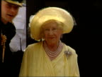 Queen Mother's 99th birthday EN NICHOLAS OWEN London Clarence House Queen Mother from Clarence House to gates to wave at crowd ZOOM IN MS Band of the...