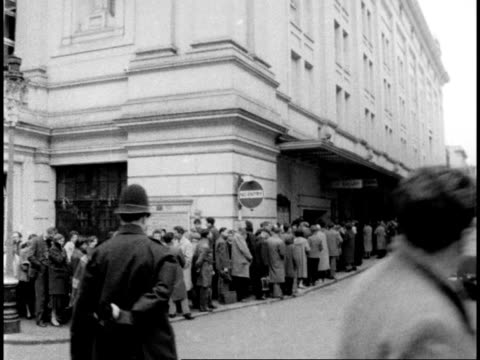Queue for tickets to hear Maria Callas at Covent Garden Opera House ENGLAND London Covent Garden Opera House Covent Garden Opera House pan to long...