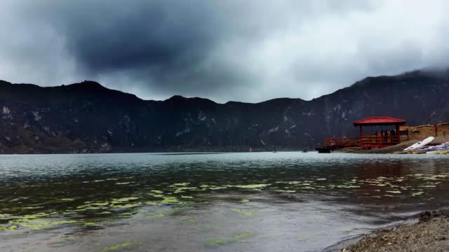 Volcán Quilotoa Lago lapso de tiempo nublado
