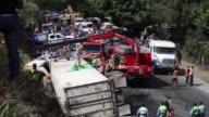 Quince personas murieron y 35 resultaron heridas el domingo al chocar un autobus de pasajeros con un vehiculo de carga en una carretera al sur de...