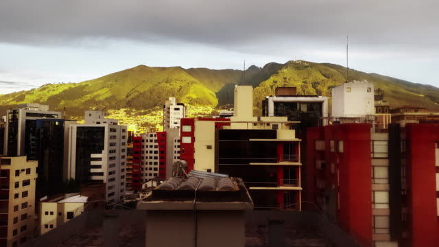 Quito, Ecuador ciudad con Pichincha timelapse de la salida del sol con edificios