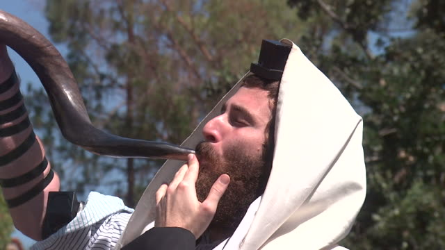 Rabbi blows the Shofar