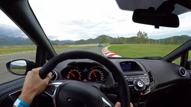 Ras bil förare synvinkel på en racerbana