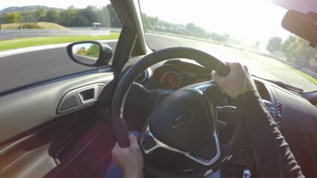 Rennfahrer auf einer Rennstrecke, professionelle Sportwagen Sicht