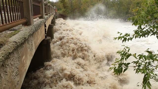 Imperversa Fiume Floodwater sotto un ponte,
