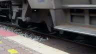 Spoor goederentrein dendert door wielen