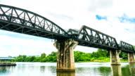 Eisenbahnbrücke über den River Kwai, Kanchanaburi, Thailand, Zeitraffer video, Low-Winkel Zeitansicht