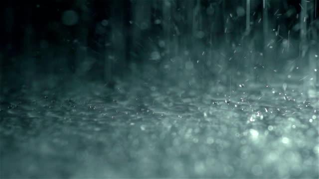 Regen-Tropfen fallen zu Boden, Zeitlupe