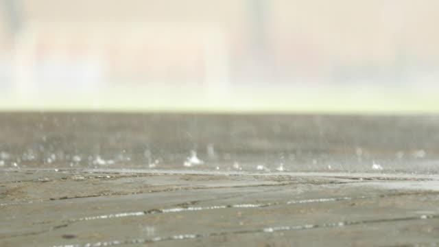 Regentropfen fallen zu Boden