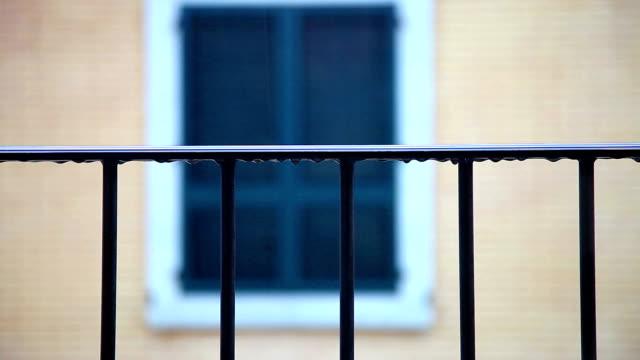 Gocce di pioggia sulla ringhiera di balcone