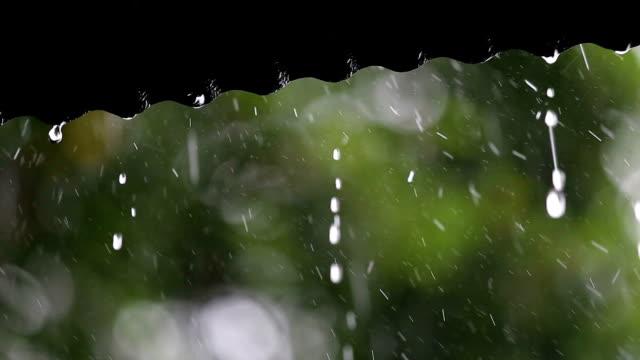 Regen fallen auf dem Dach.