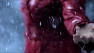 Regentropfen fallen auf eine Hand (Super Zeitlupe)