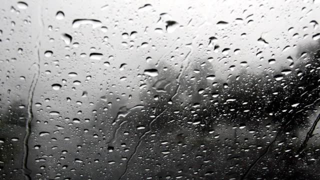 Regentropfen auf Auto-Windschutzscheibe