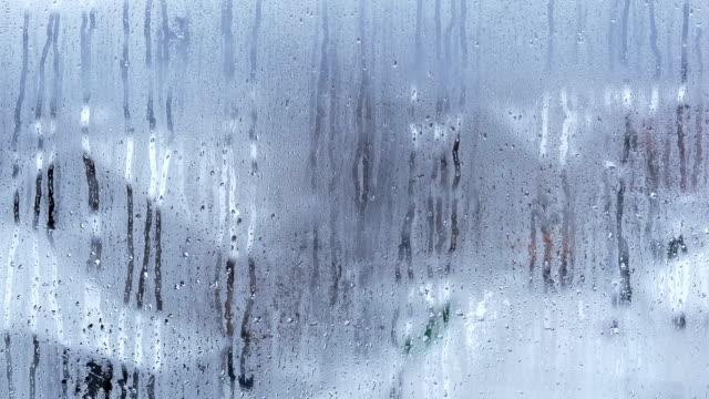Regentropfen am Fenster. Zeitraffer.