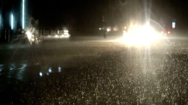Regenachtige avond verkeer