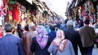 Willekeurige menigte in Beyazıt bazaar in istanbul