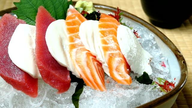Råa och färska sashimi med lax och tonfisk kött