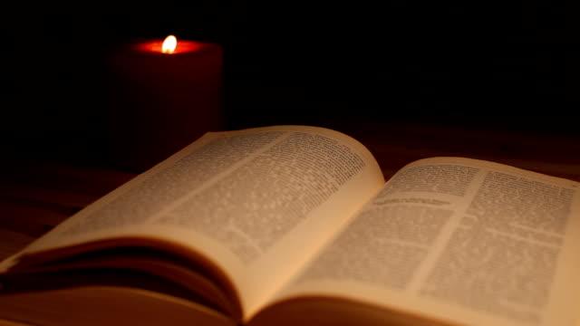 Lettura libro a lume di candela