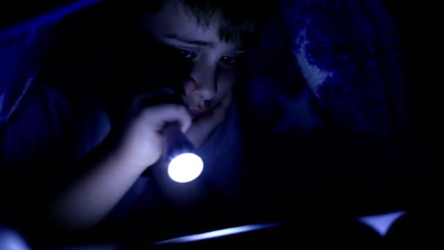 Reading versteckt im Bett