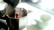 Echte italienische Kaffee Eingießen Sie vom Moka