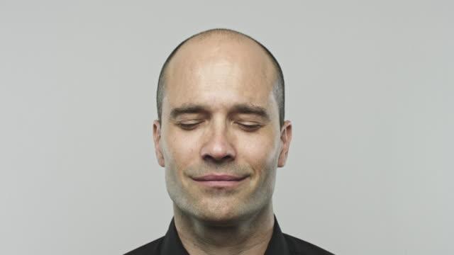 Richtiger Mann lächelnd mit geschlossenen Augen