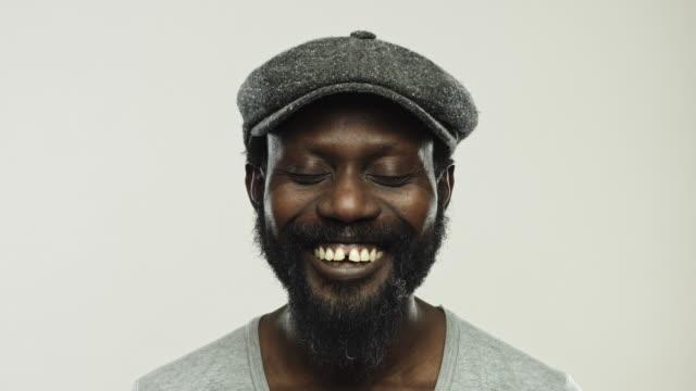 Echte reifer Mann lächelnd mit geschlossenen Augen