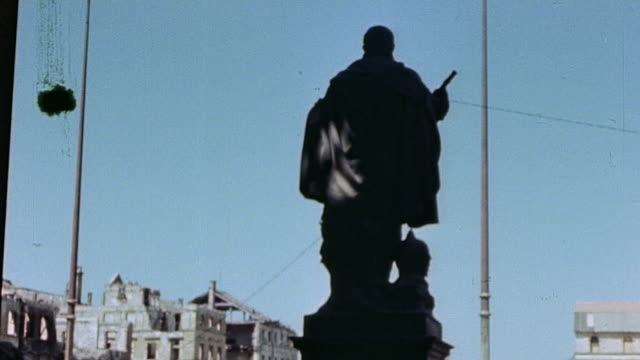 WS Rear view of Graf Tilly statue in the Feldherrnhalle and the Odeonsplatz beyond with traffic / Munich Germany