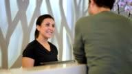 DOLLY: Receptionist sports club accoglie nuovo cliente