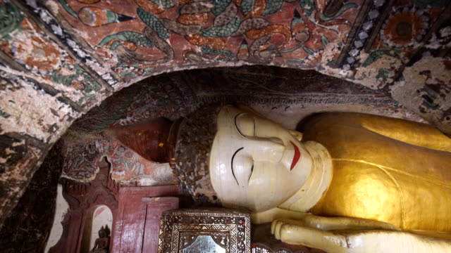 Reclining buddha in Pho Win Taung Caves