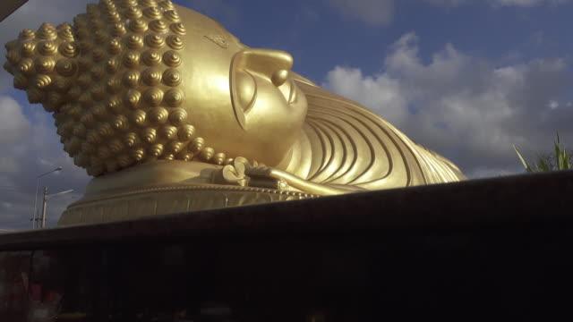 4 K DOLLY : Statua del Buddha sdraiato