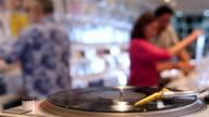 4K: Plattenspieler drehen im Music Store