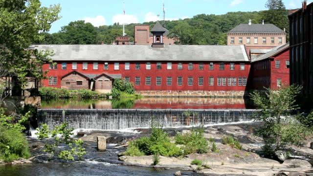 Rote Scheune mit Wasserfall