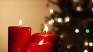 Rote Kerzen mit brennenden Kerzen.