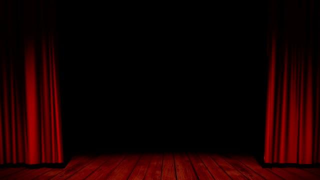 Apertura tende rosse con pavimento in legno.