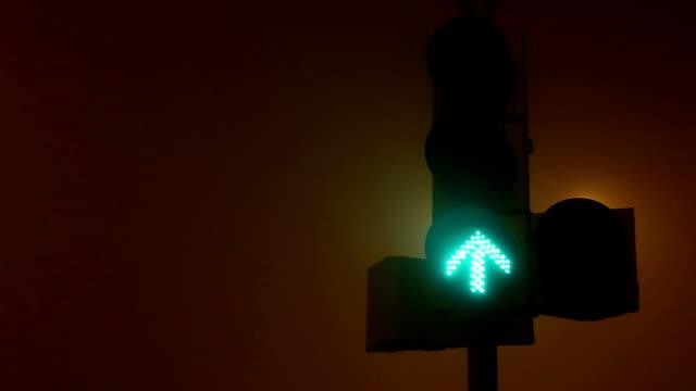 Rotes Licht in einem nebligen Abend